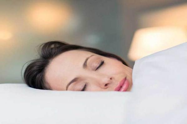 8 اشتباه رایج موقع خوابیدن که پیرتان می نمایند