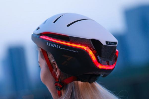 این کلاه ایمنی هوشمند و آیرودینامیک مجهز به چراغ های جلو، عقب، ترمز، چشمک زن و سیستم ارسال هشدارهای اضطراری است